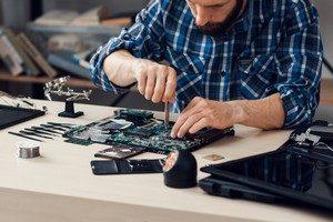 Un informaticien en maintenance de pc