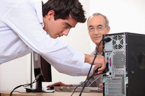 Un homme branchant un ordinateur