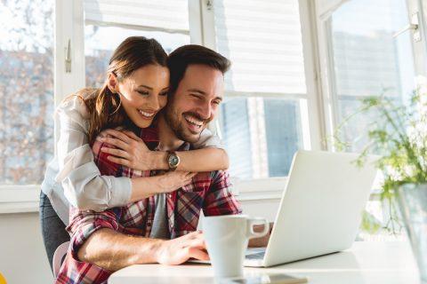 Un couple sur un ordinateur