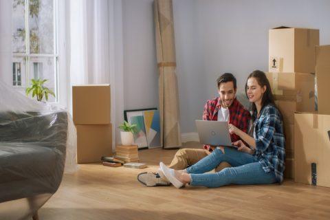 Jeune couple avec un ordinateur